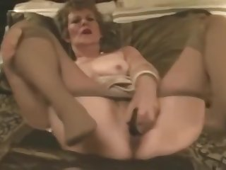 Ancient Slut fucks herself with Pantyhose