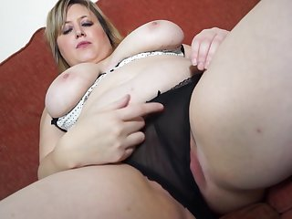 Chubby kirmess mature amateur Laura L. stuffs their way pussy with a dildo