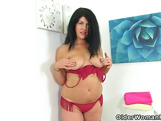 English milf Sassy takes care of her desires on smoothness