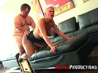 Bosomy tall MILF regarding juicy rack Alyson Queen provides midget regarding a blowjob