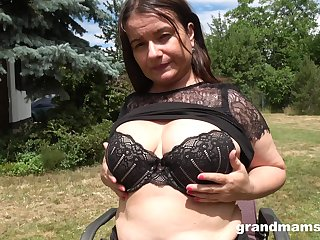 beamy brunette wants to reac an height by her fingers and a dildo