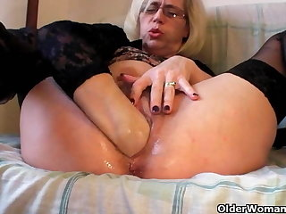 Slutty grandma in stockings fists the brush flimsy cunt