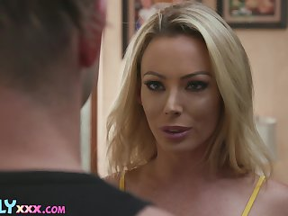 Unwitting mendicant will-power be pounding that hot MILF after spying on her